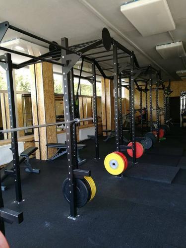 Volně stojící konstrukce (klece) do fitness