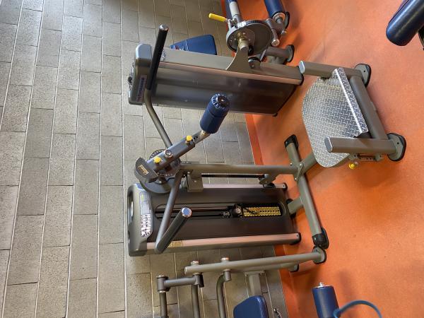 Posilování stroje Tuff Stuff, nohy, lýtka.