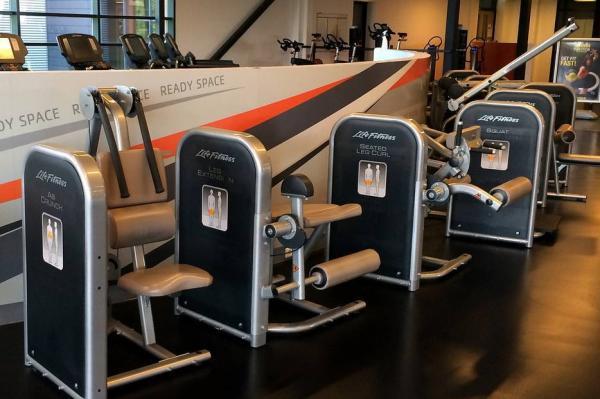 Sada 10 strojů Life Fitness Circuit Series.