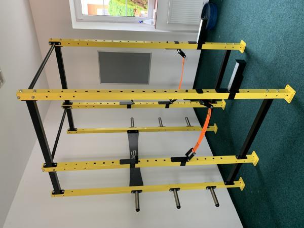 Masivní dřepovací klec do fitness - silová klec
